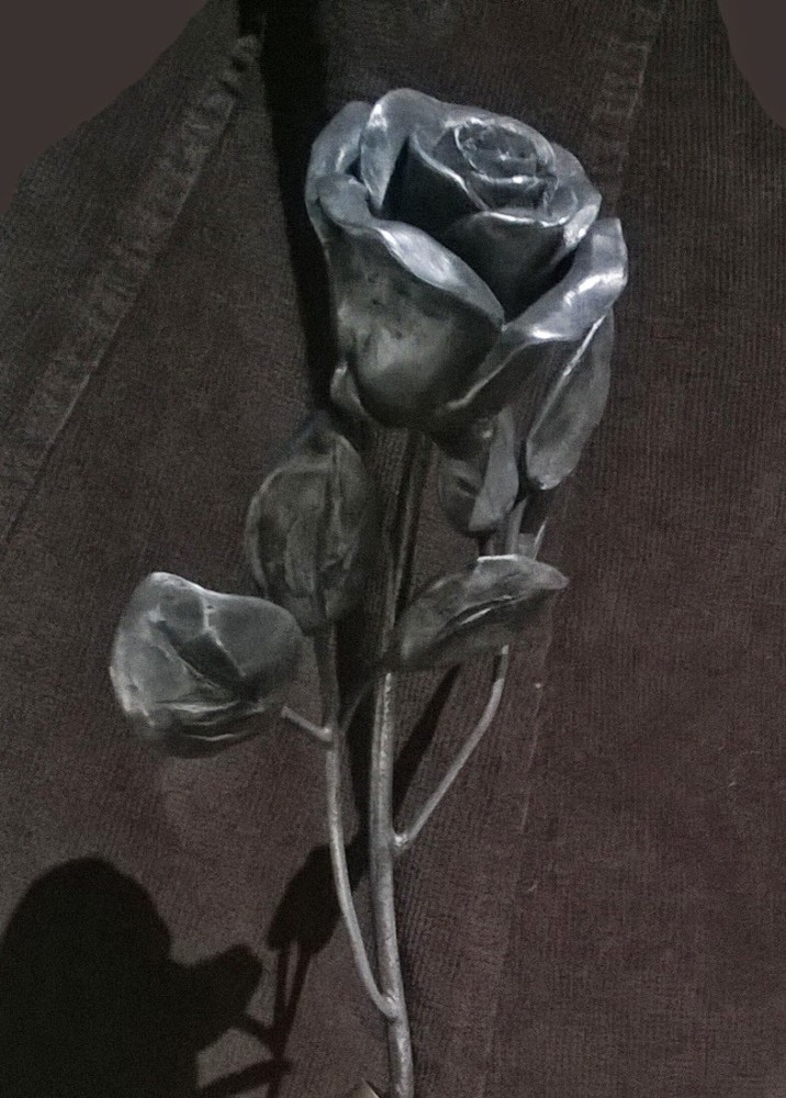 memoriałowe róże, mosiądz, detal